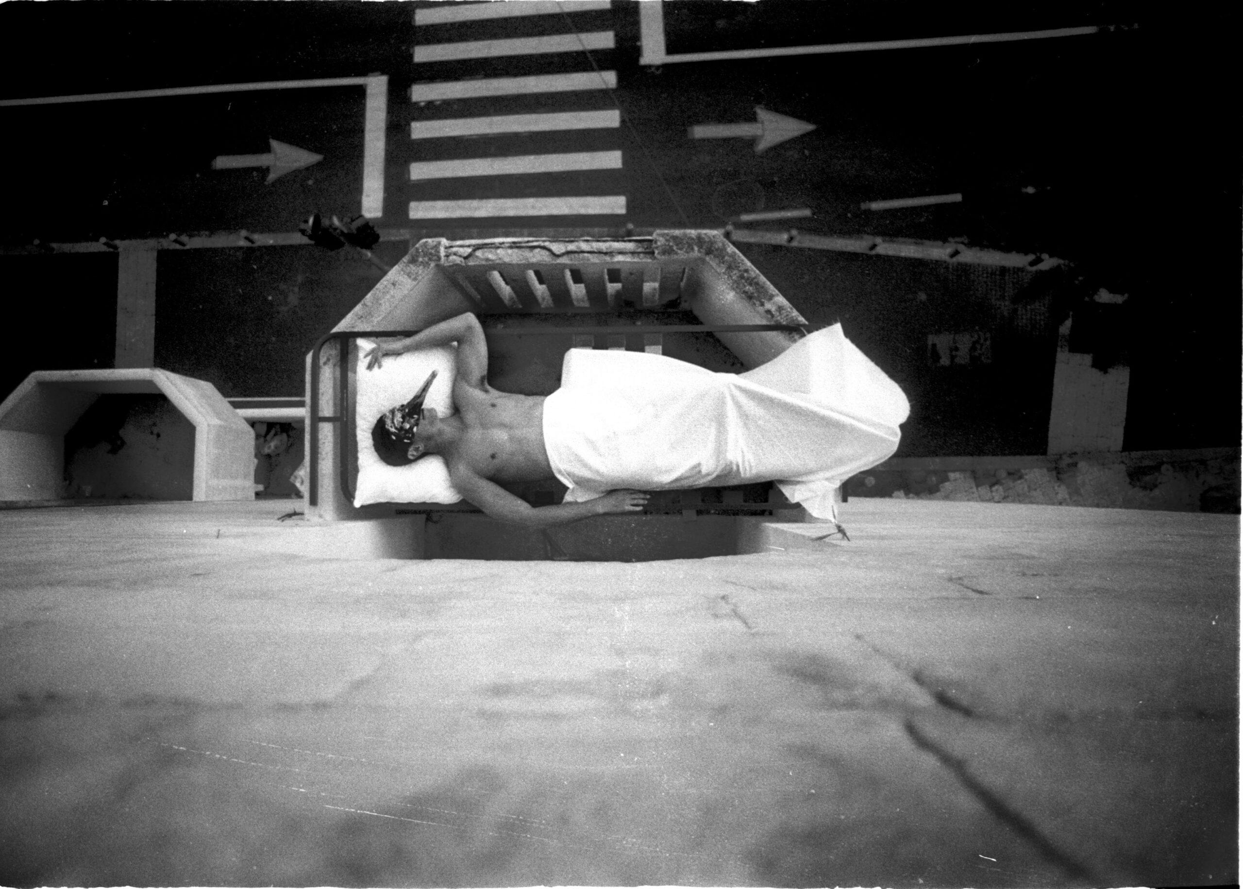 איש שוכב במרפסת מעל רחוב